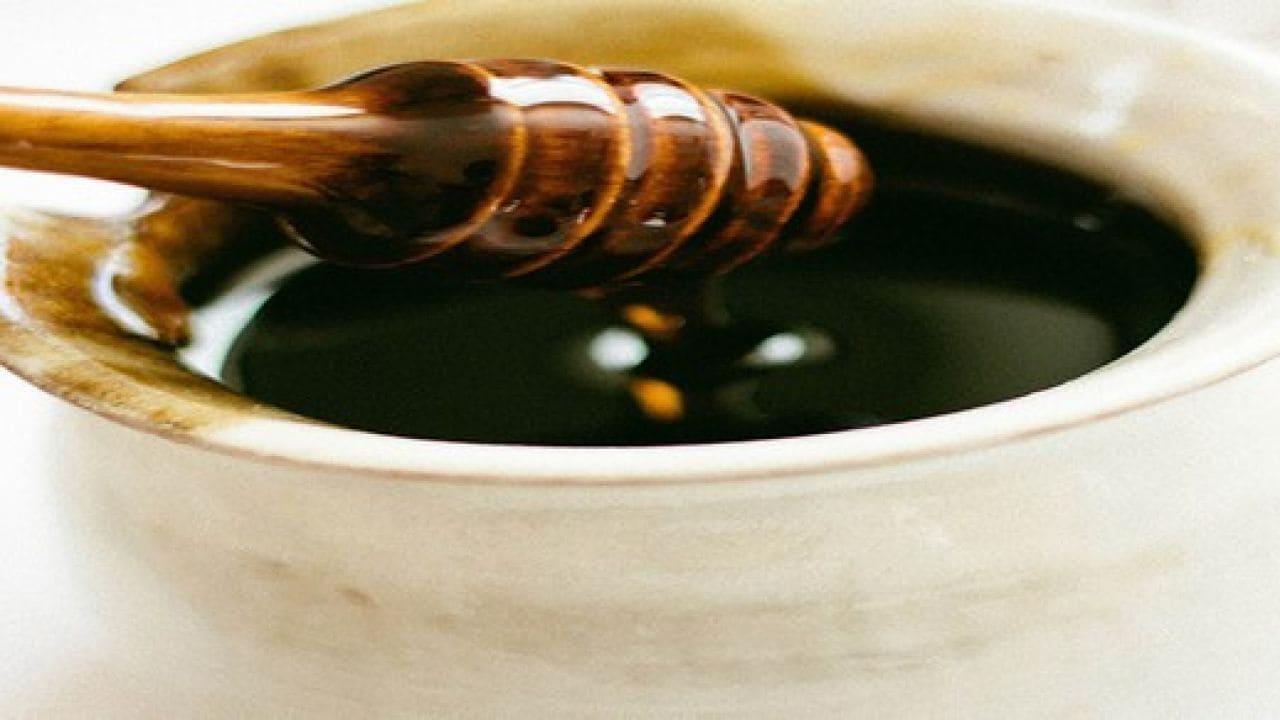 فوائد العسل الاسود على الريق